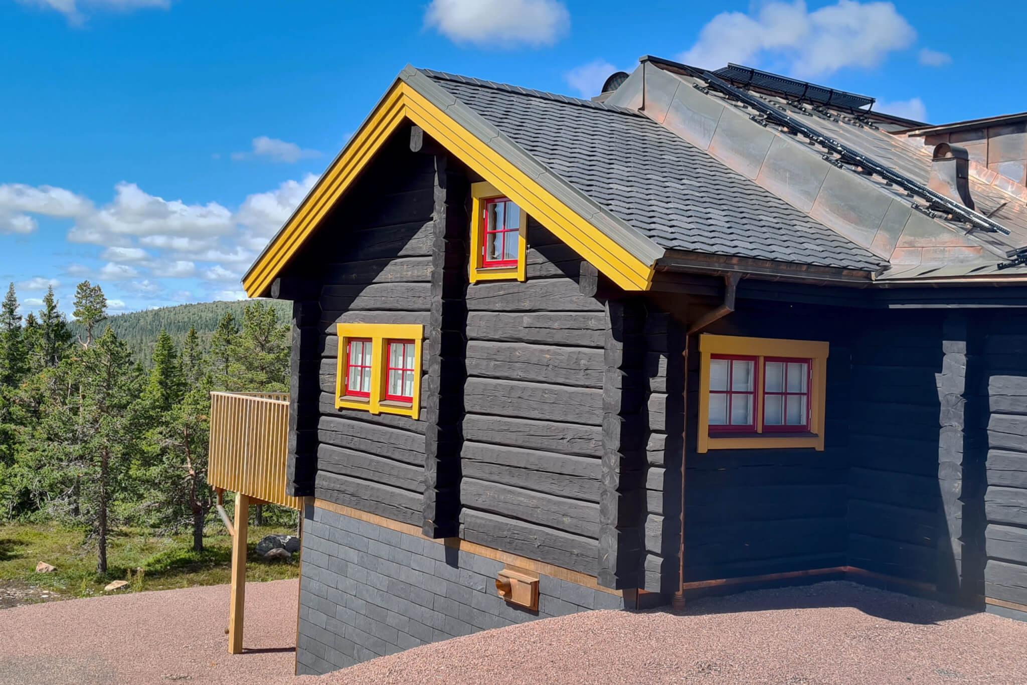 Skiffer till både tak och fasad på fjällstugan